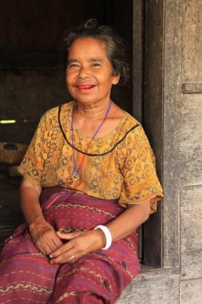 Nativa del poblado de Bena en Isla de Flores