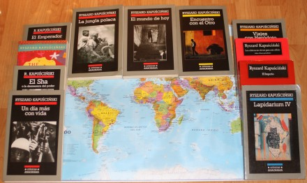 Libros de Kapuscinski sobre mapa mundi