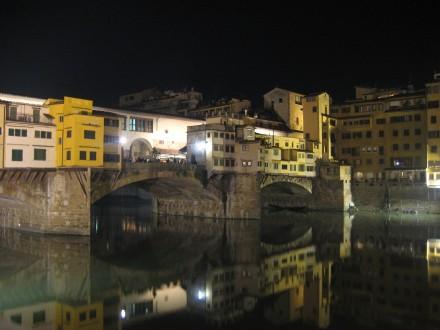 Vista nocturna del Ponte Vecchio