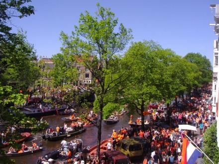 Miles de personas se lanzan a la calle para celebrar Queen's Day