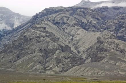 Detalle de las montañas cubiertas por las cenizas del Eyjafjallajökull