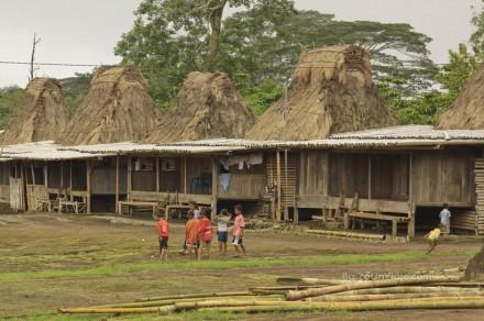 Isla de Flores. Aldea tradicional de Wogo. Niños jugando