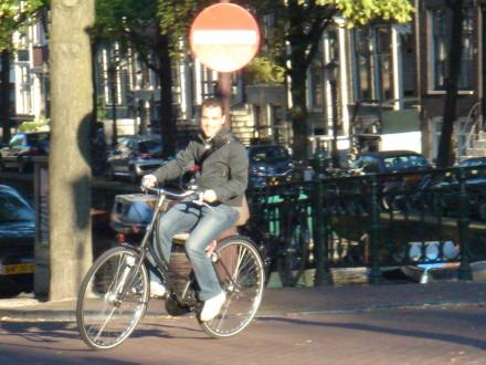 Con una bicicleta de alquiler en Ámsterdam