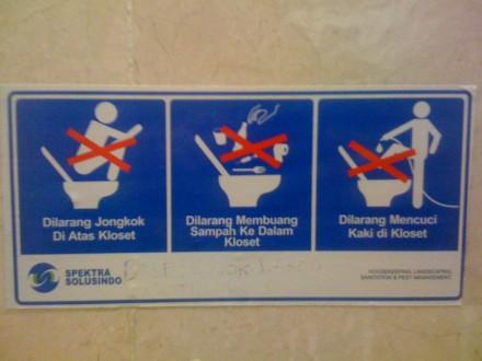 Cartel con prohibiciones en el baño de un aeropuerto