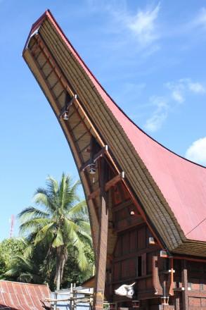 """Parte frontal del tejado de una casa Toraja (sólo aptas para la clase alta, que no es igual a la más rica sino la más """"noble"""")"""