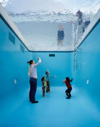 Museo de arte contemporáneo con piscina, Kanazawa, Japón