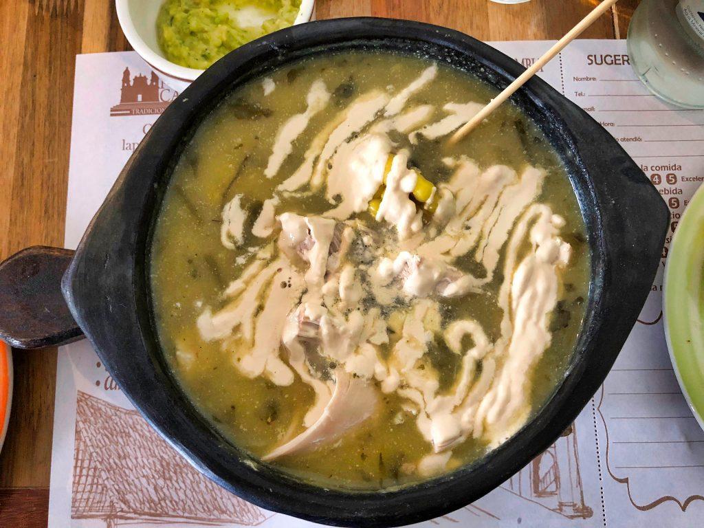 Ajiaco con pollo comida típica de Colombia