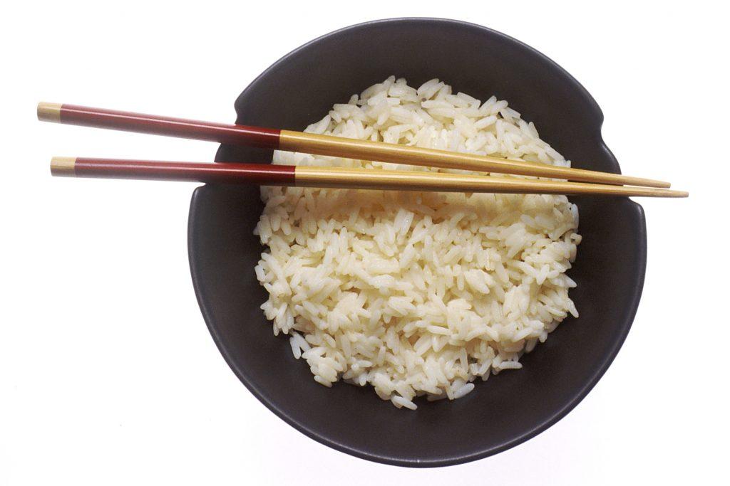 arroz con palillos chinos